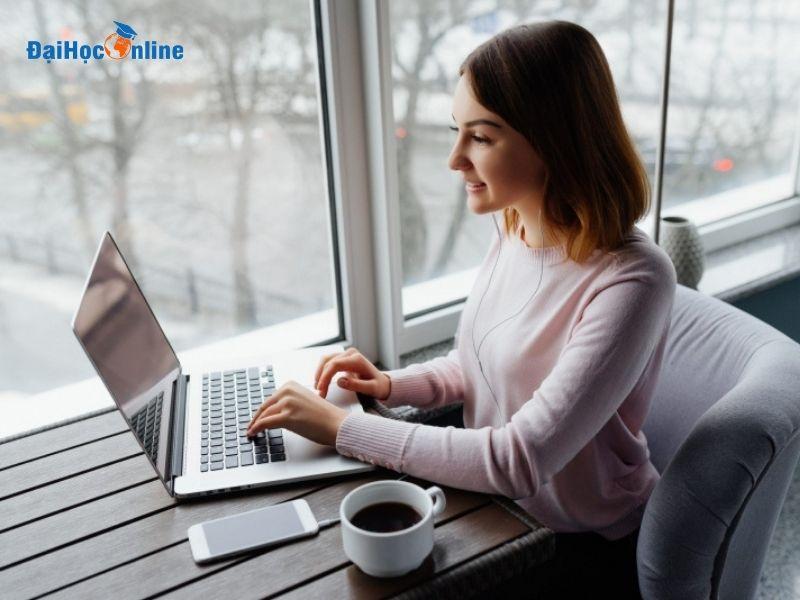 Lấy bằng đại học cho người đi làm dễ dàng với Đại Học Online 2