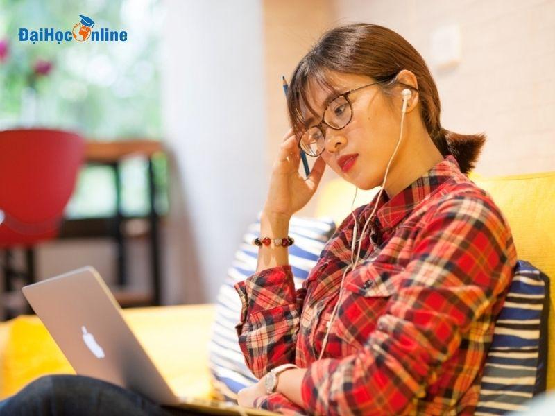 Lấy bằng đại học cho người đi làm dễ dàng với Đại Học Online 3